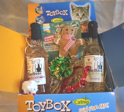 LUXURY CAT CHRISTMAS GIFT BOX WITH CAT WINES TREATS TOYS AND XMAS CAT COLLAR